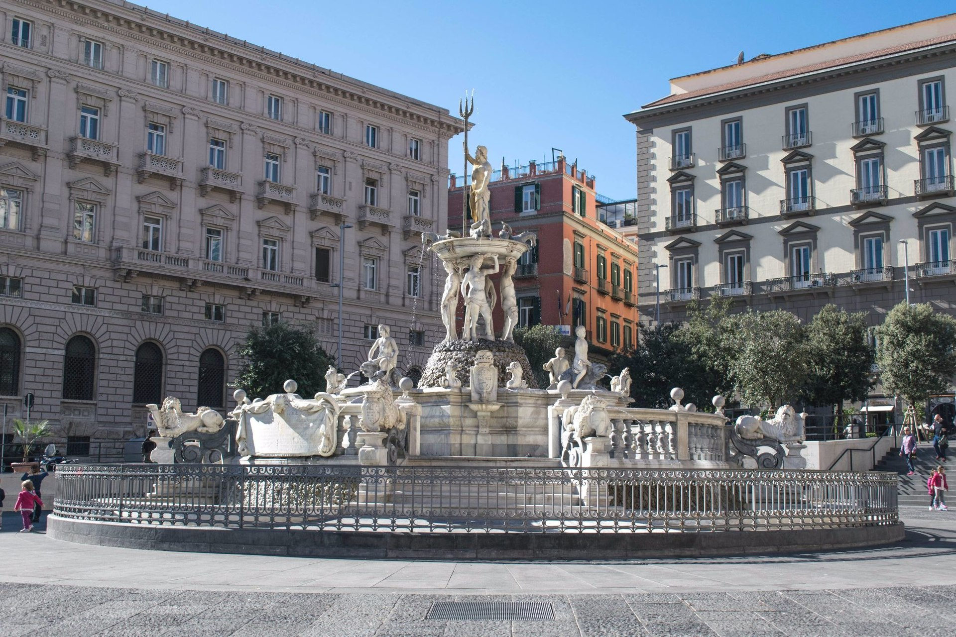 La fontana del Nettuno di Napoli. Una fontana girovaga
