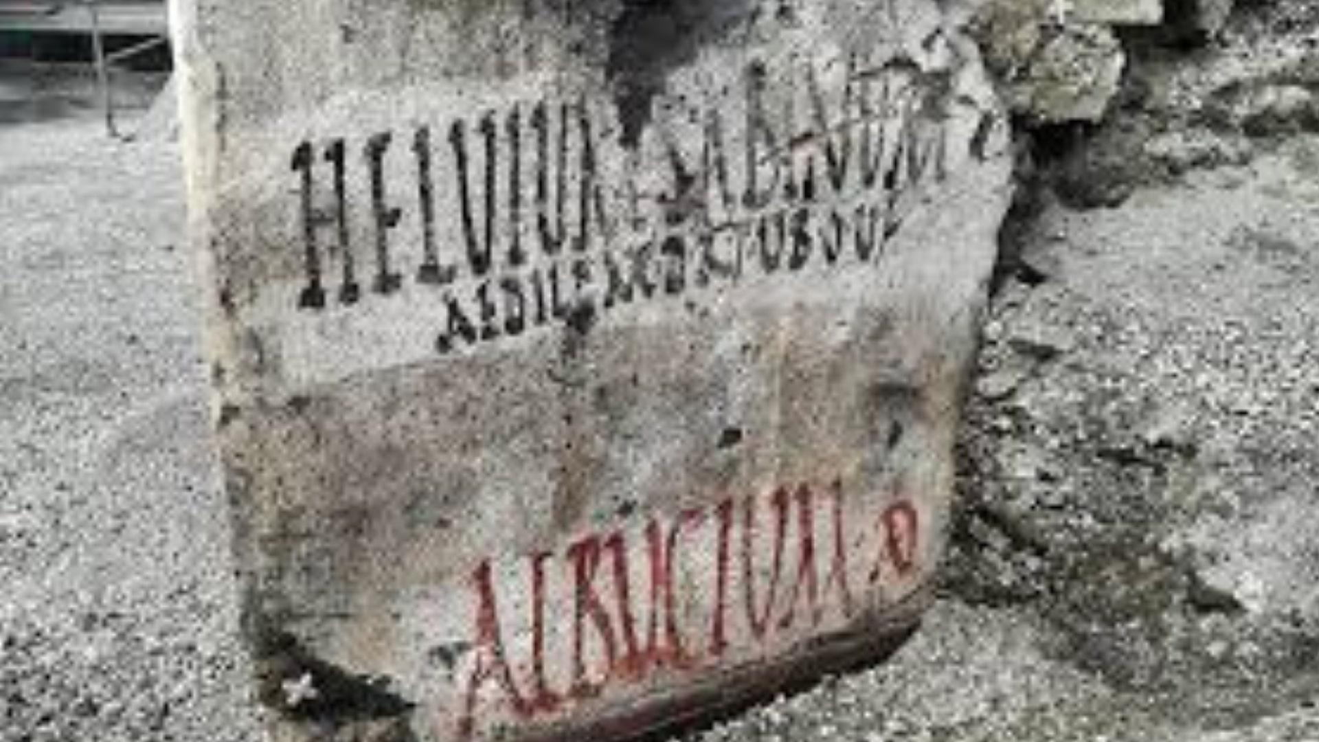 Pompei. Manifesti elettorali, graffiti e altre scritte.